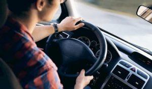 spokojny styl jazdy młodego kierowcy