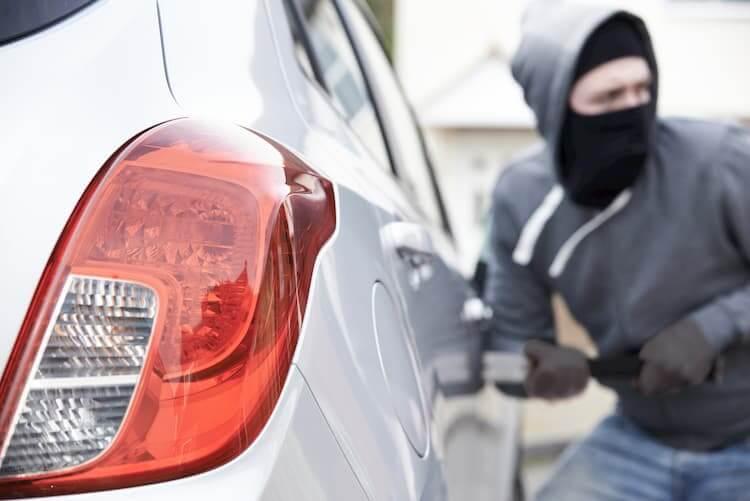złodziej kradnie samochód