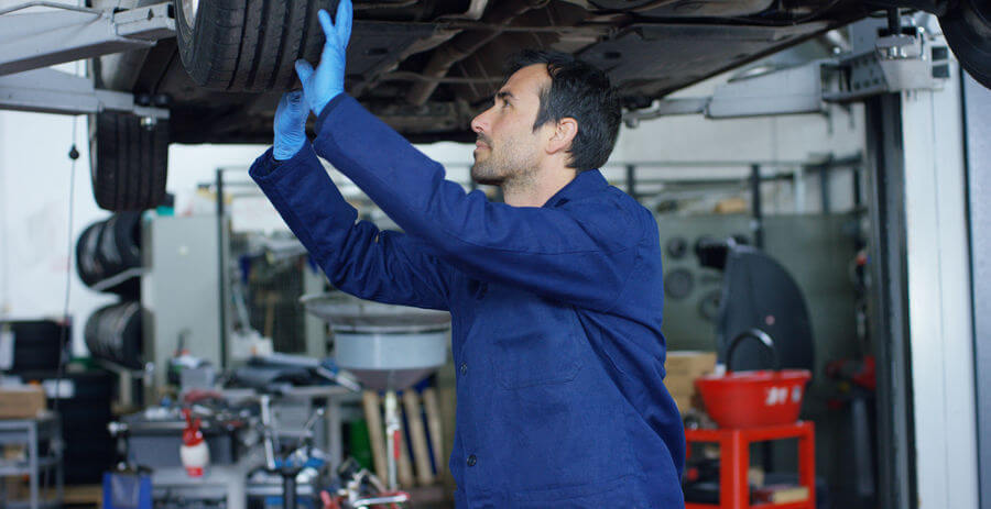 Mechanik sprawdza stan techniczny samochodu przed zimą