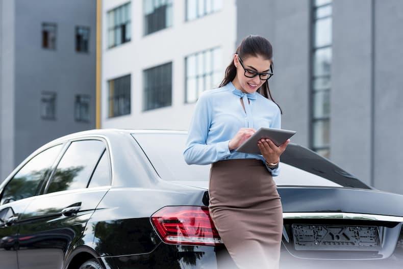 Kobieta stoi obok samochodu