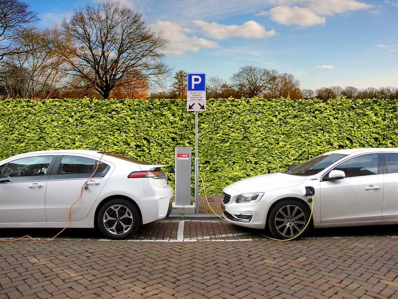 Samochody elektryczne stoją na parkingu podczas ładowania silnika
