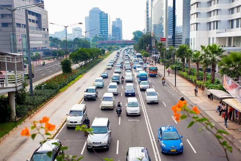 Samochody na ulicy dużego miasta