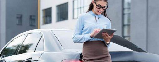 Kobieta sprawdza ile kosztuje OC auta na gaz