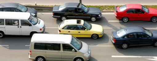 Kilka samochodów jadących autostradą