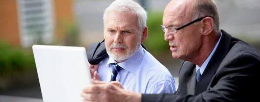 Mężczyźni sprawdzają informacje za pomocą laptopa