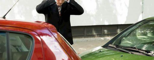 Kierowca zauważa uszkodzony samochód na parkingu