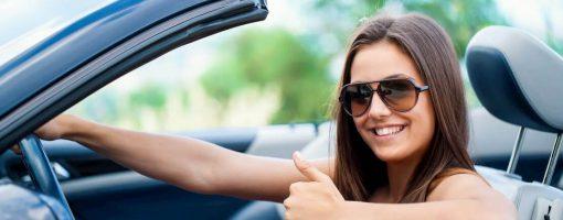 Młoda kobieta zadowolona z ubezpieczenia AC i ASS na godziny