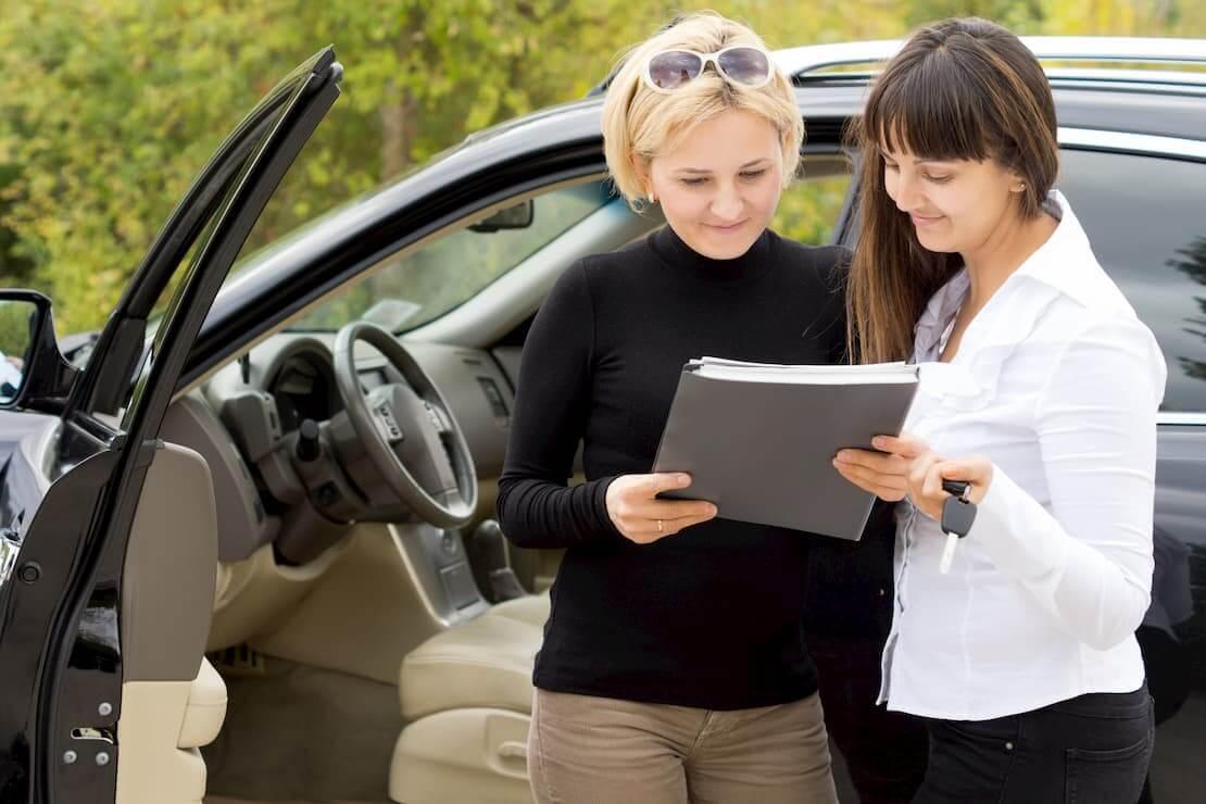 Kobiety sprawdzają wysokość podatku po zakupie samochodu