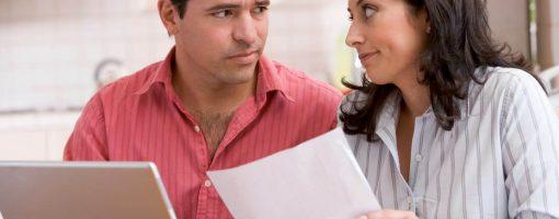 Młoda para zastanawia się nad zakupem AC starszego auta