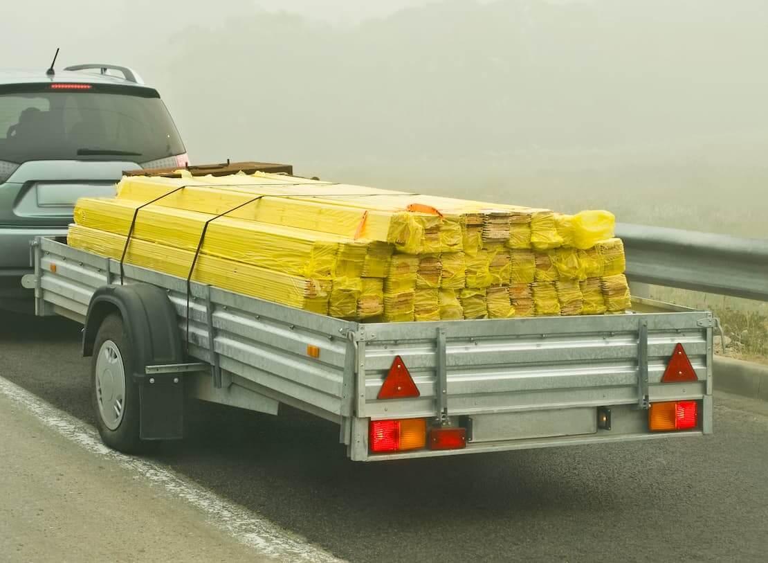 Samochód na drodze z przyczepką