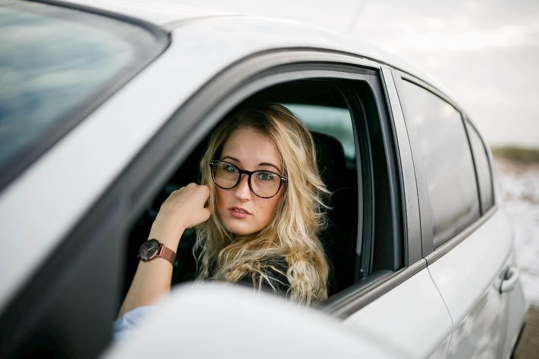 Młoda kobieta za kierownicą samochodu