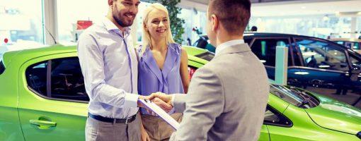 Młoda para kupuje samochód w leasingu