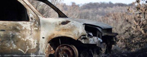 Porzucony wrak samochodu po pożarze