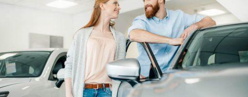 Młoda para kupuje samochód w salonie