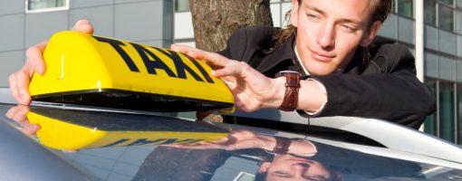 Kierowca poprawia znak taxi