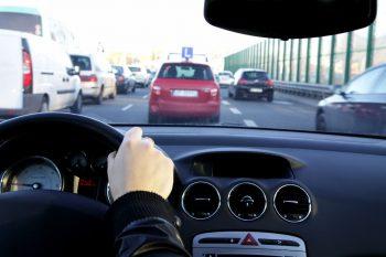 Samochód ze znakiem nauki jazdy na ulicy
