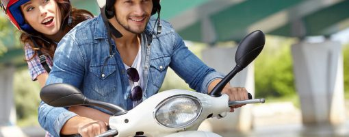 Młoda para na motocyklu