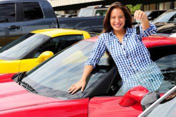 Kobieta kupuje auto używane za granicą