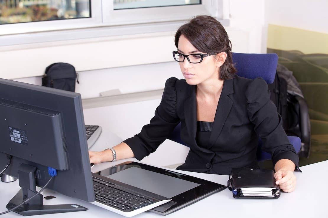 Kobieta przyjmuje wniosek o wydanie dowodu rejestracyjnego