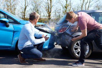 Kierowcy szacują szkodę po kolizji drogowej