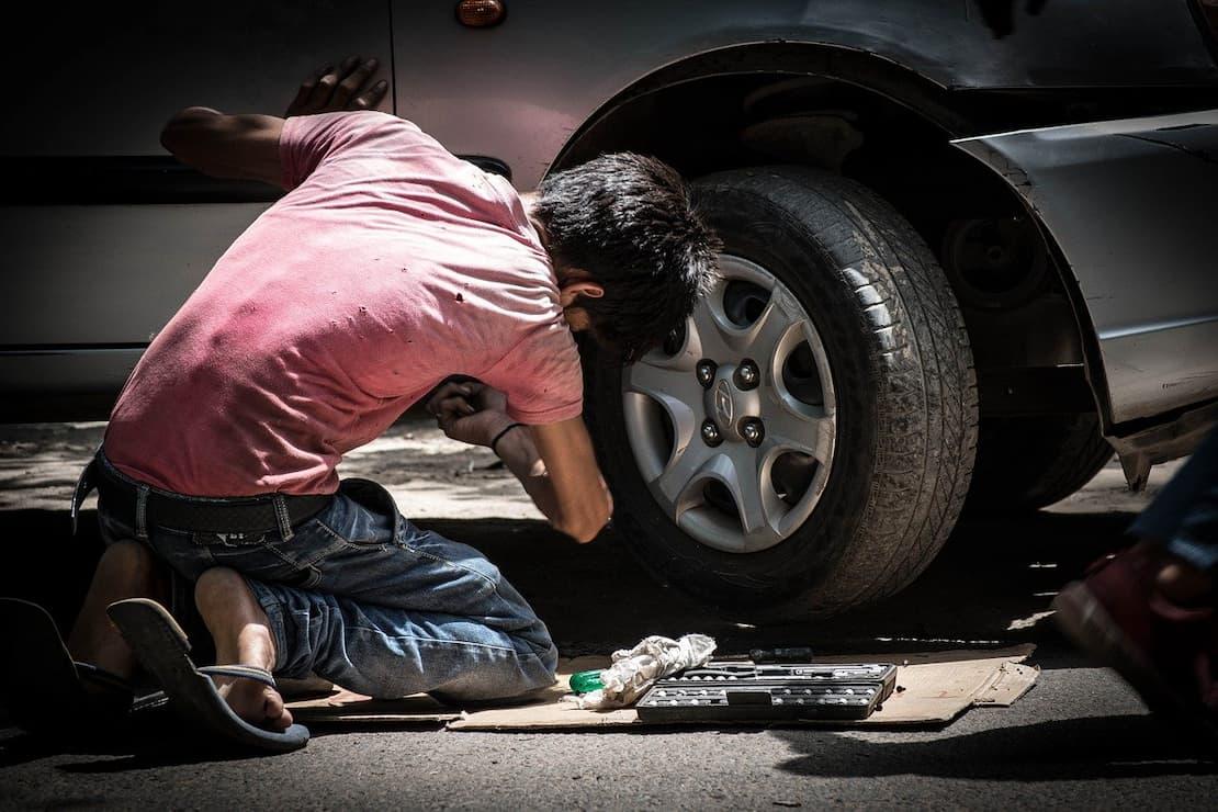 Mechanik naprawia samochód w ASO